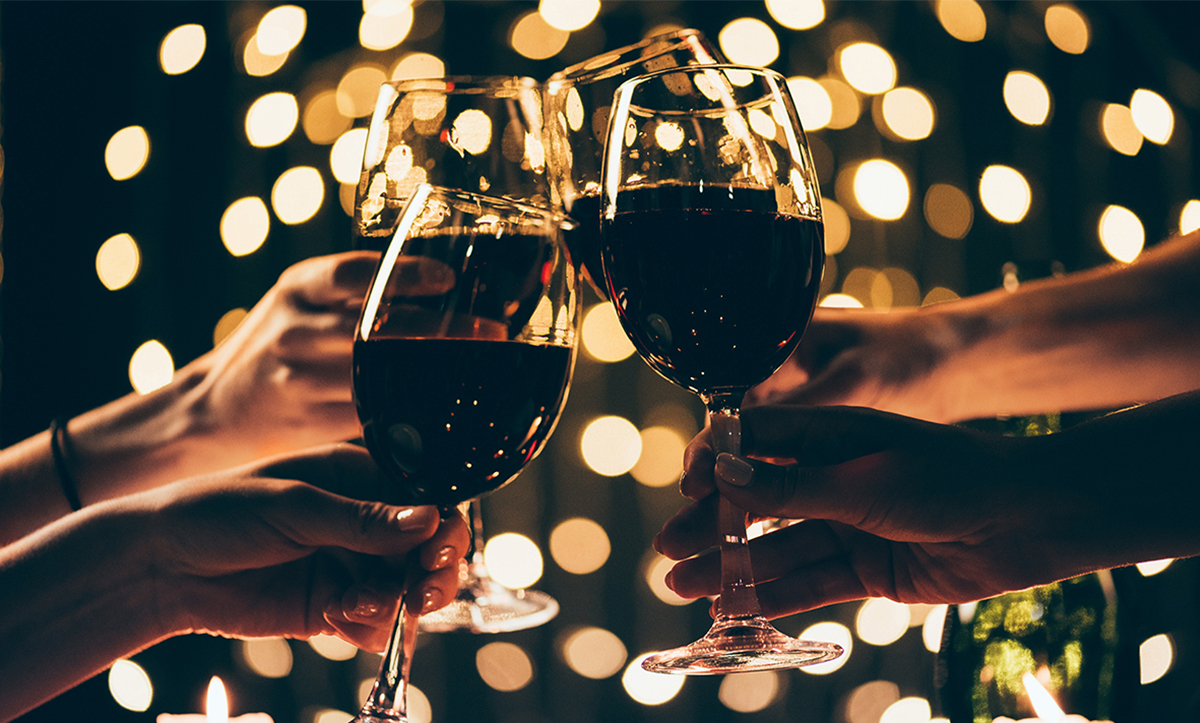 mains qui trinquent avec la cuvée bio grape hospitality